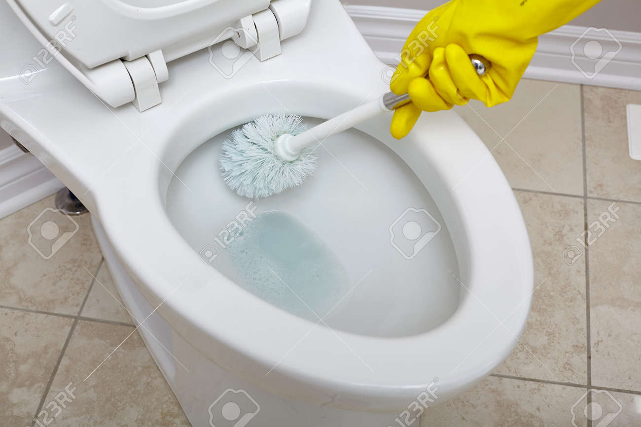 Badezimmer Reinigen, flush toilettenschüssel mit einem pinsel im badezimmer zu reinigen, Design ideen