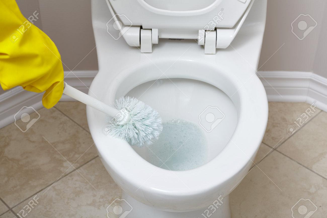 Flush Toilettenschüssel Mit Einem Pinsel Im Badezimmer Zu Reinigen - Badezimmer reinigen