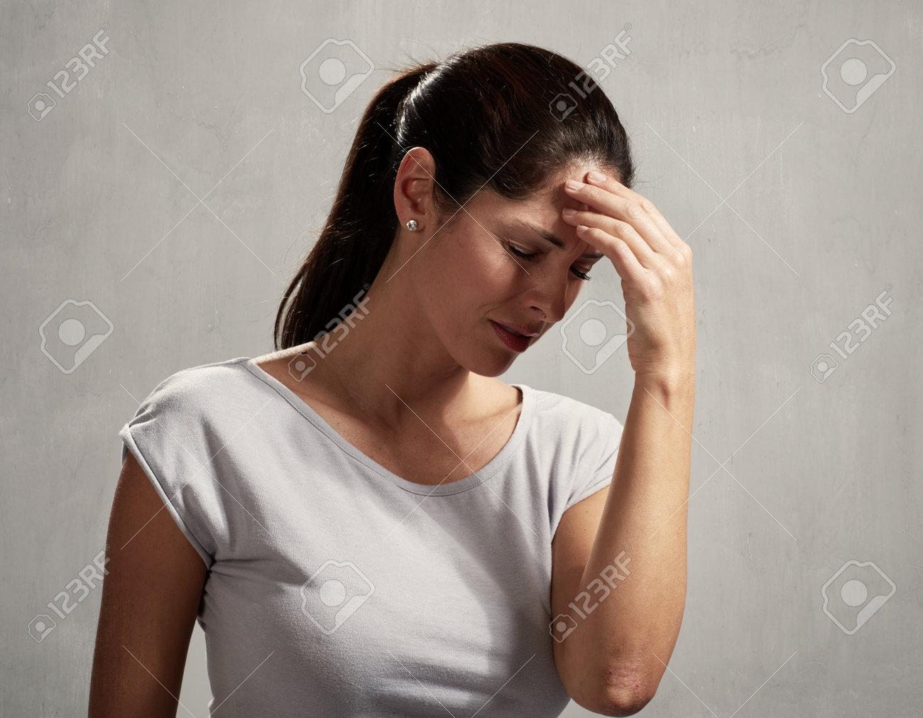 Woman headache Standard-Bild - 73292812