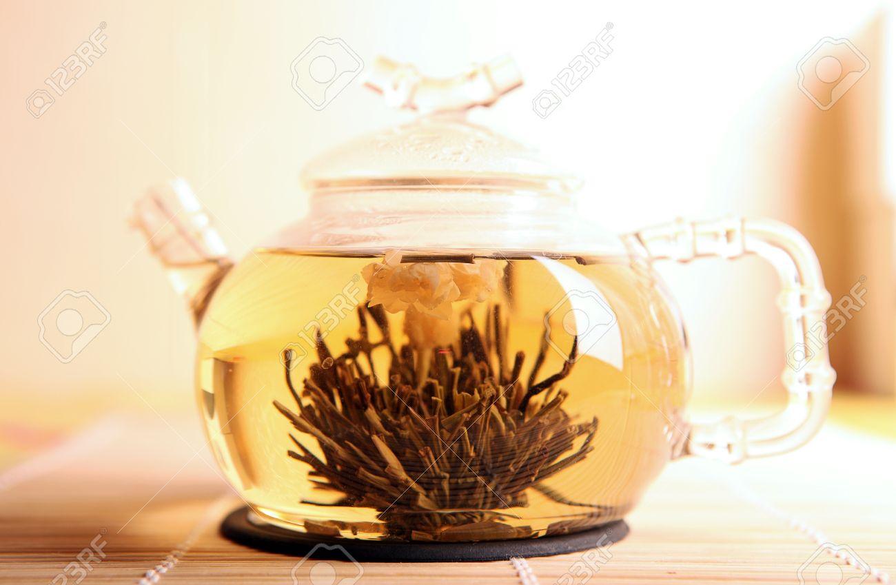 chineese floraison thé avec une fleur de jasmin dans une théière