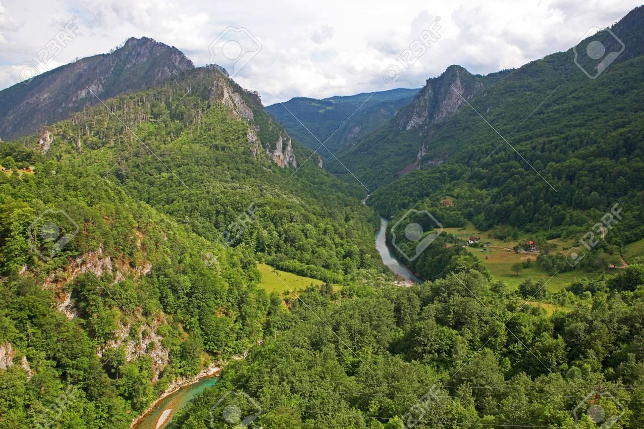 Una Hermosa Vista Del Cañón Del Río Tara Con Un Asentamiento En La ...