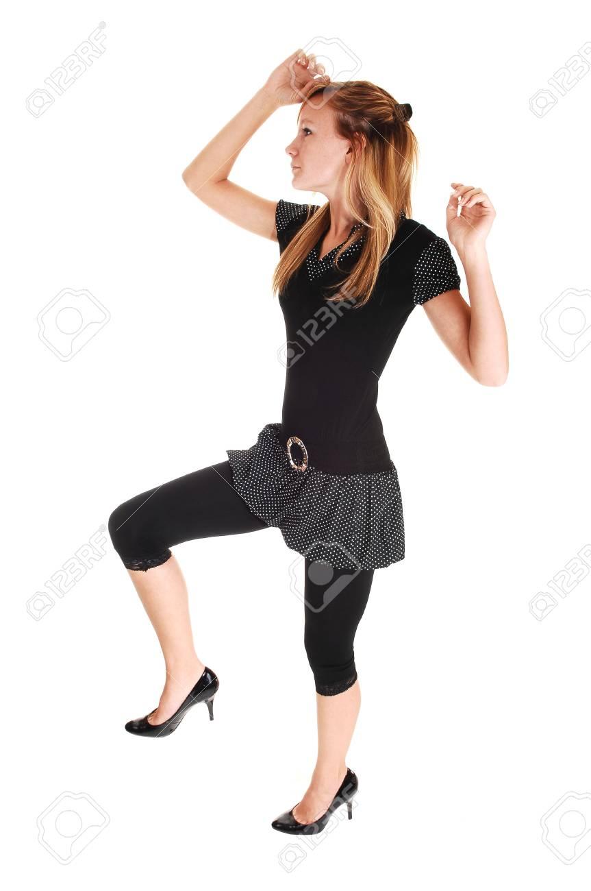 Una Joven En Un Vestido Negro Y Medias Negras Bailando En El Estudio De Fondo Blanco
