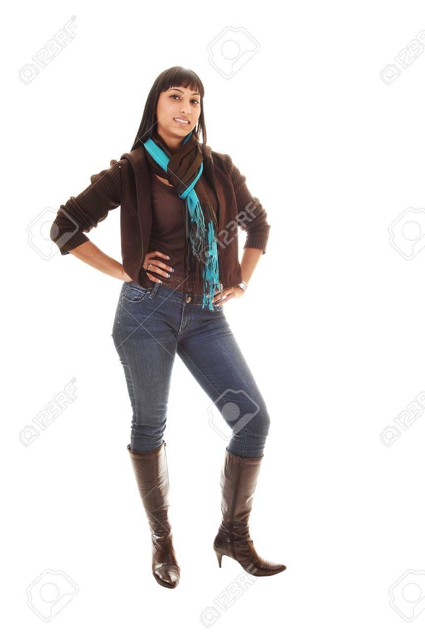b8e47e58b9f02a Eine schöne Frau, stehend mit ihr vorne an der Kamera in Jeans und ein braun