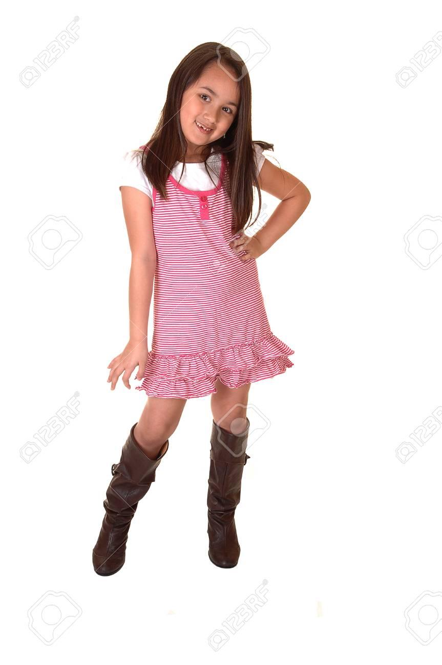 ab74179846 Una giovane ragazza in un vestito rosa e stivali sorridente nella  fotocamera per sfondo bianco.