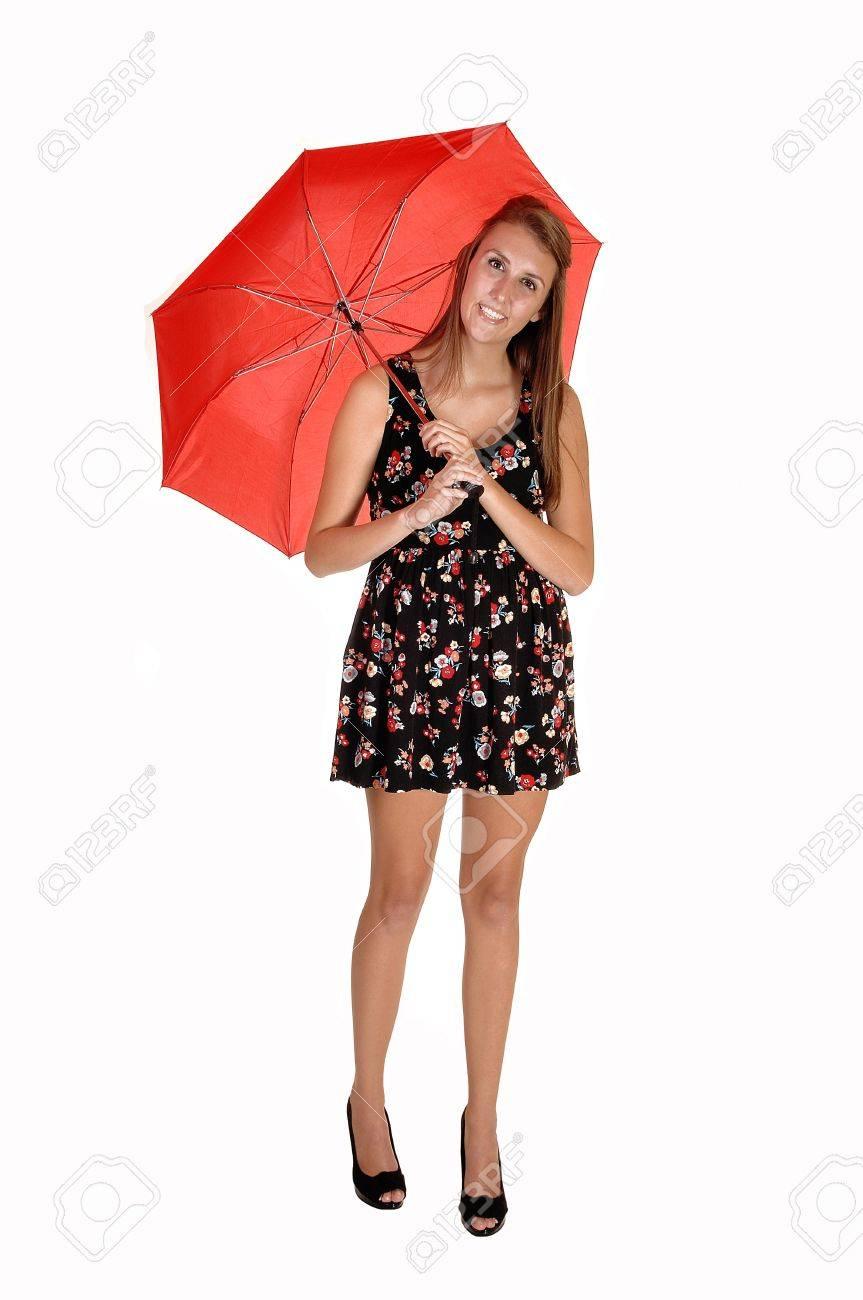 Un Adolescente Hermosa En Un Vestido Negro Con Cuello Y Zapatos De Tacón Con Un Marcado Umbrellastanding Rojo En El Estudio De Fondo Blanco