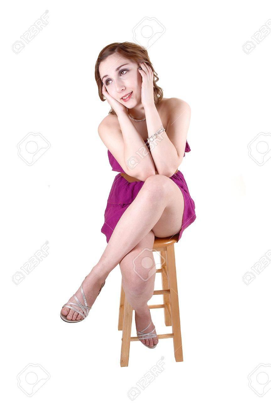 Eine Schöne Junge Teenager Sitzen In Einem Rosa Kleid Auf Einem ...