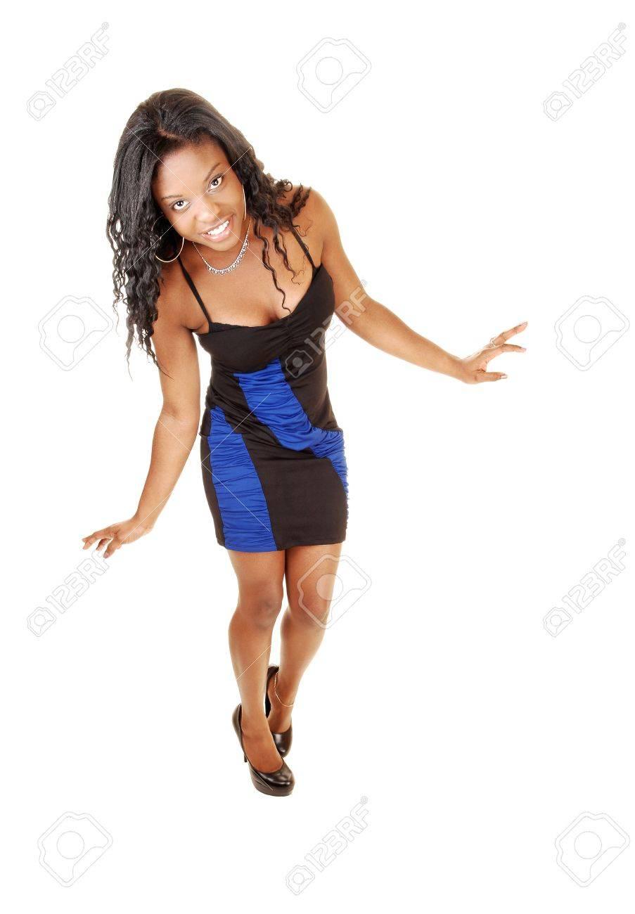 6c7786db13ad12 Een mooie zwarte vrouw in een avondjurk staan   voor witte  backgrounddancing en lachend met