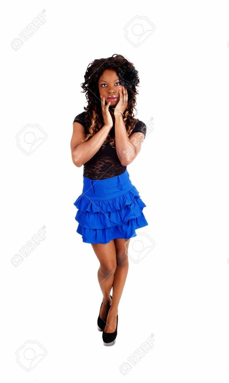 005f7ee73f1b99 Een mooie jonge Jamaicaanse vrouw in een blauwe mini rok met lange  blackcurly haar permanent geïsoleerd