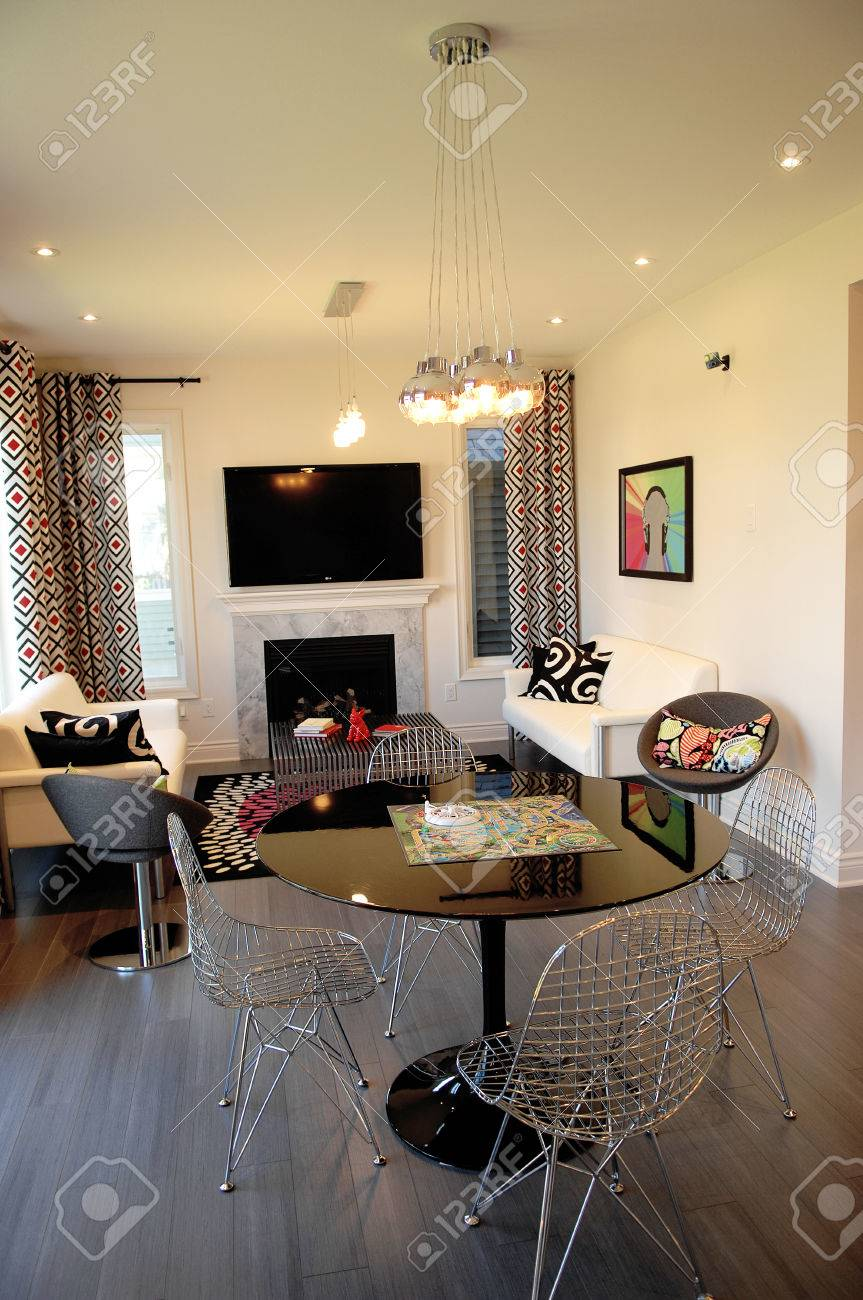 Ein Schönes, Aber Kleines Wohnzimmer In Einem Modell Zu Hause In ...