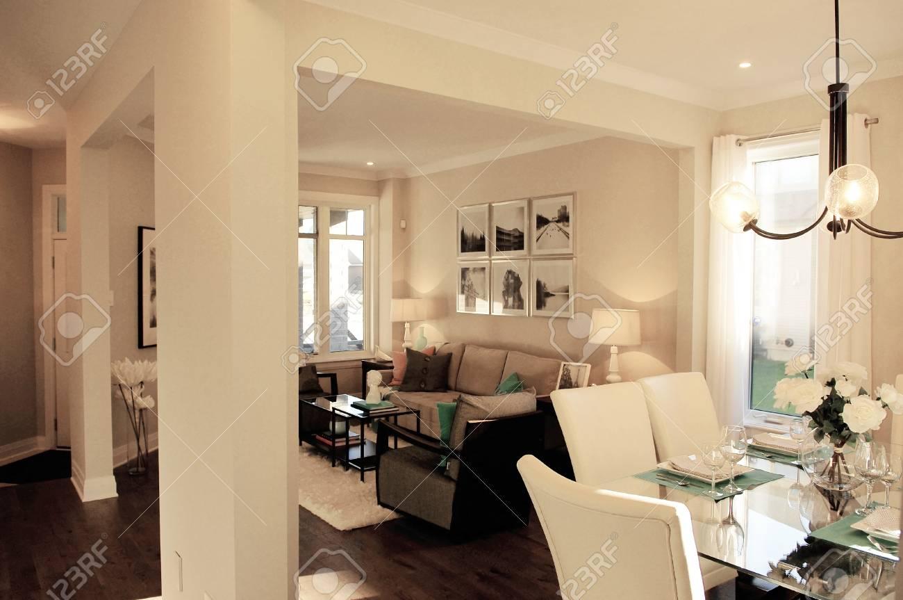 Eine Wunderschöne Ess  Und Wohnzimmer, Die Alle In Hellen Farben In Einem  Modell Homein