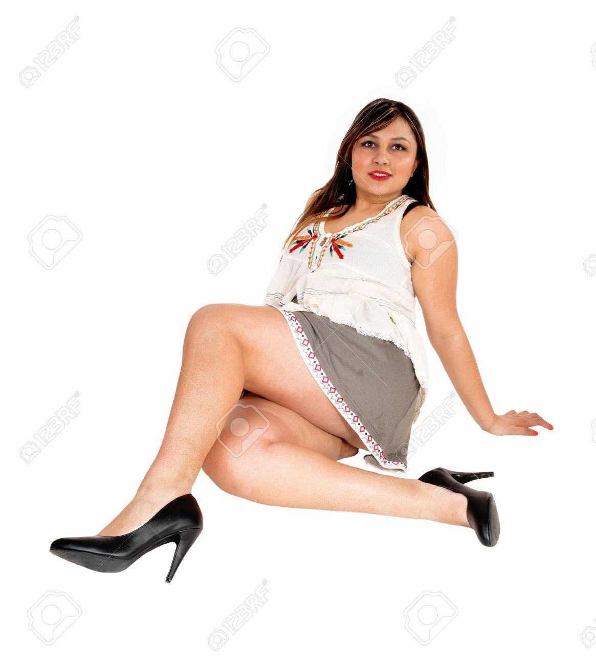 Sur Talons Une Pour Fond Blanc Femme Et Courte Grise Jeune Dans Hauts ThefloorIsolé Jupe Jolie Assis 6bfg7vYy
