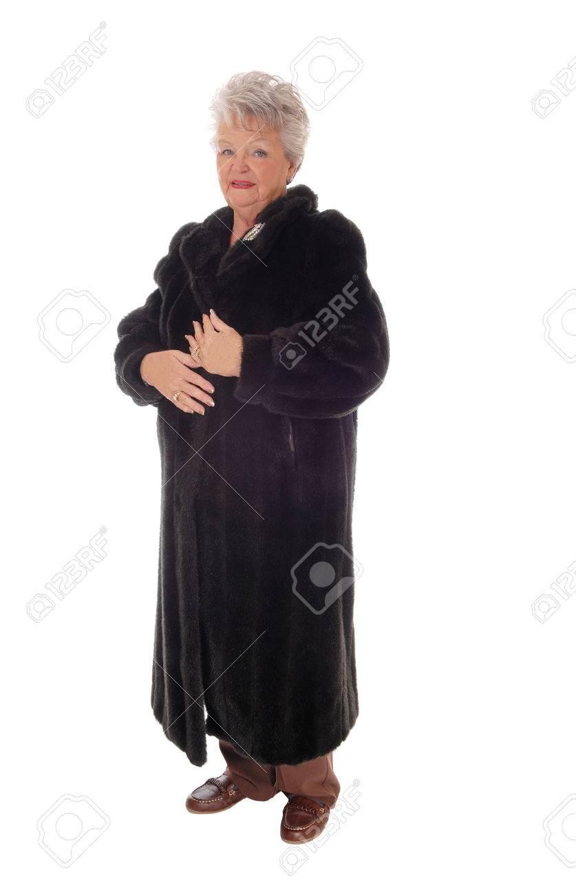Belle Un Âgée Dans Fond Debout Long Manteau Pour Une Son Femme Blanc aXwdnO