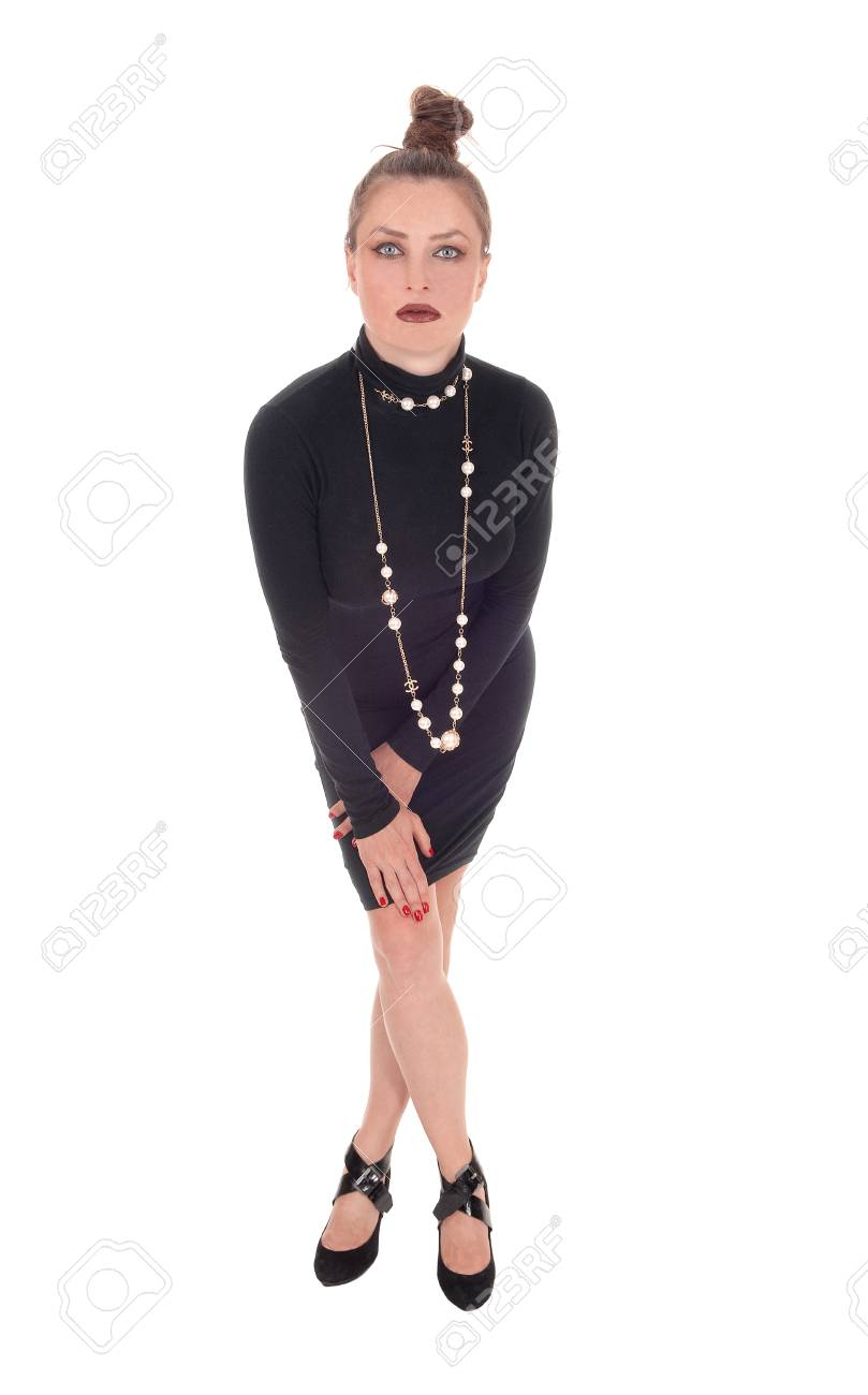 Una Hermosa Joven Caucásica En Un Vestido Negro Y Un Collar De Pie Y Mirando Triste Aislado Para Fondo Blanco