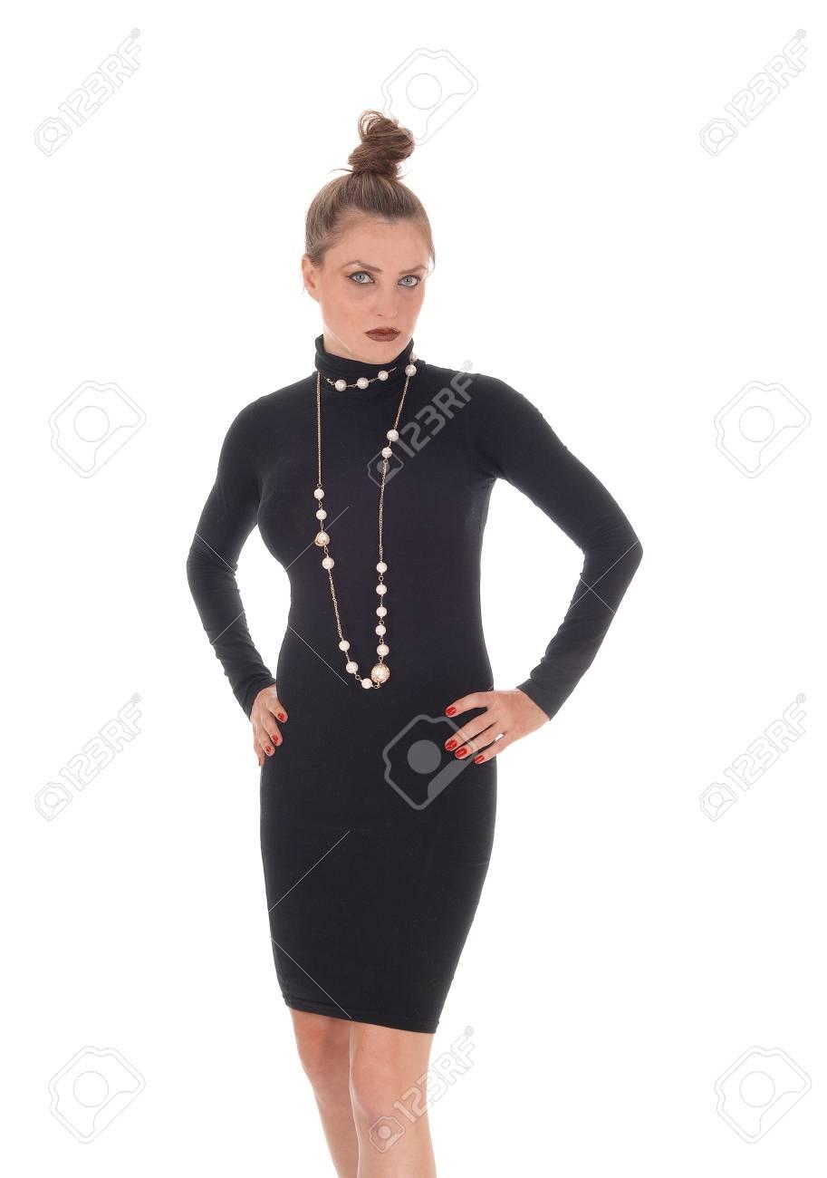 Una Hermosa Joven Caucásica En Un Vestido Negro Y Un Collar De Pie Y Mirando Infeliz Aislado Para Fondo Blanco