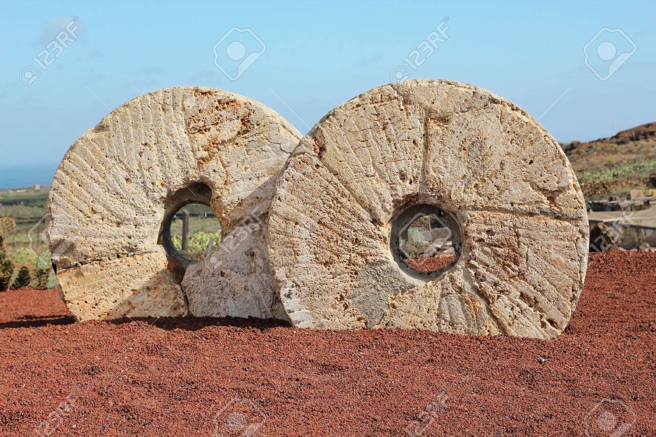 piedras de molino antiguas en jardn de cactus en lanzarote islas canarias espaa foto