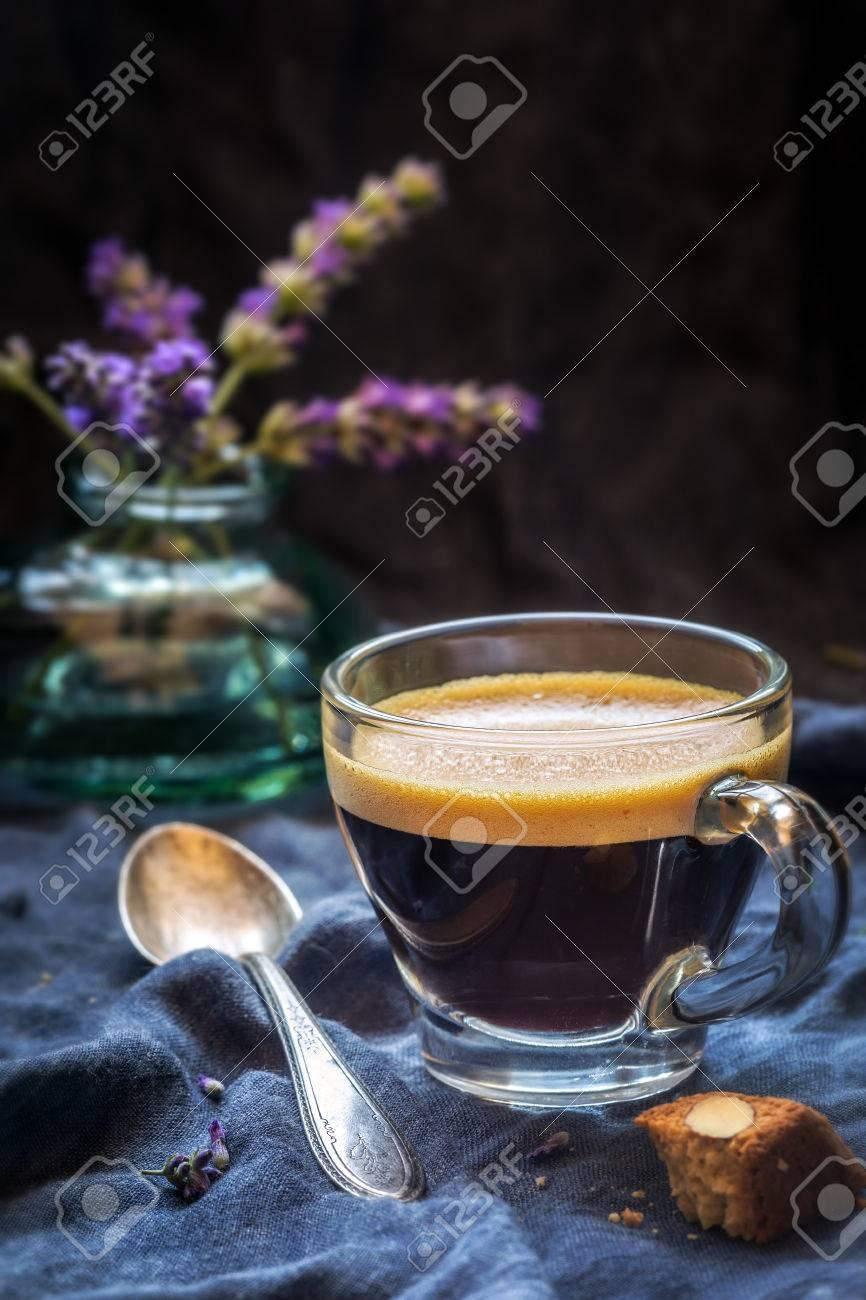 Concept De Bonjour Tasse De Café Espresso Fort Avec Un Morceau De Biscuit Italien Cantucci Aux Amandes Et De Fleurs De Lavande à L Arrière Plan