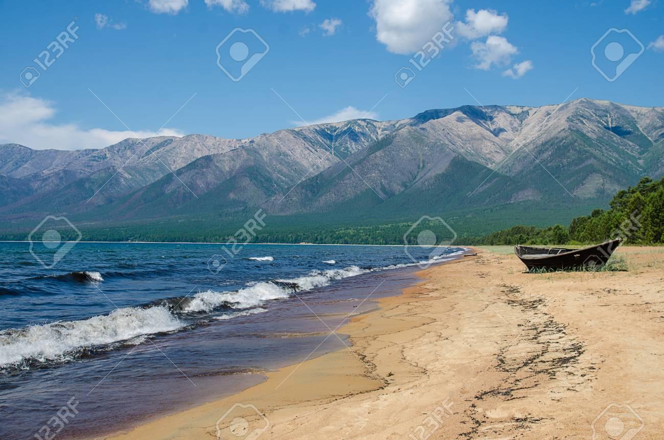 バイカル湖の砂浜海岸。Ust バル...