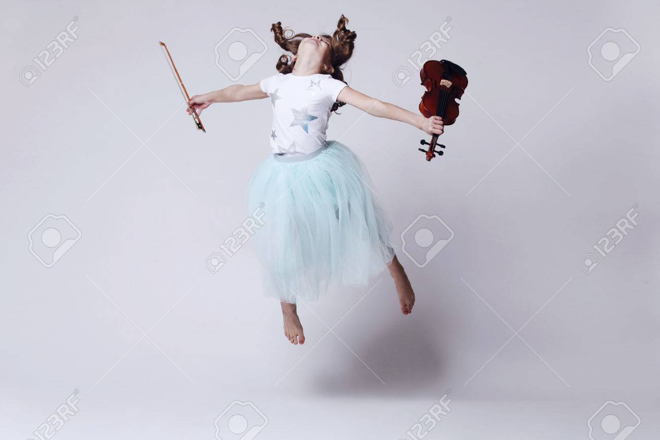 Baby girl with violin on white background - 40401177