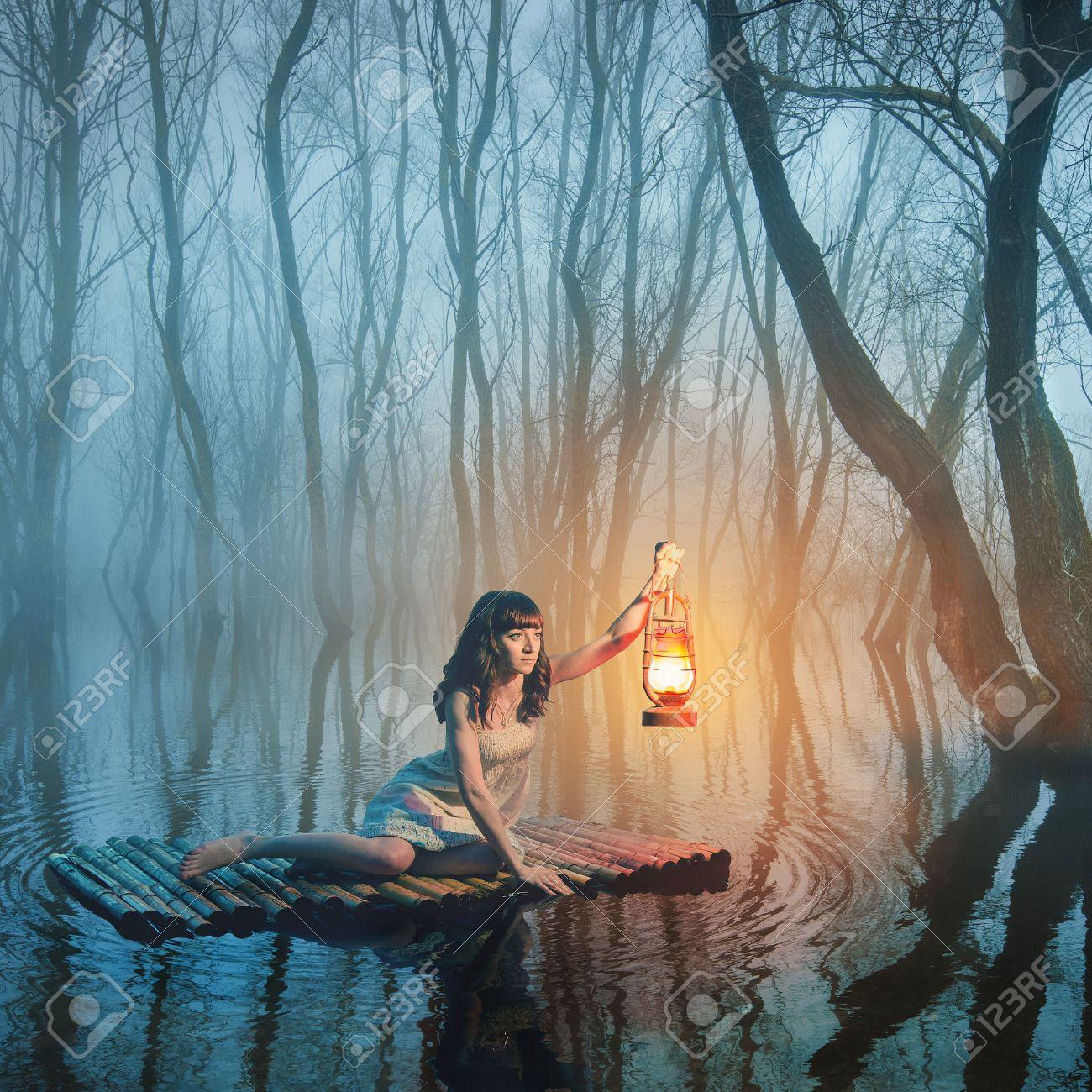 2507820dd Foto de archivo - Mujer con la linterna que flota en el lago en el bosque de  niebla en el vestido blanco de estilo rústico. Hermoso cuento de hadas.