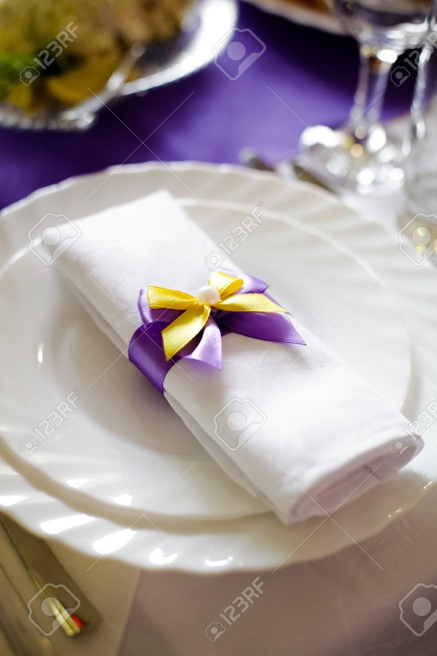 Hochzeit Deckchen Weiss Mit Lila Gelb Bowknot Dekoration Auf Dem