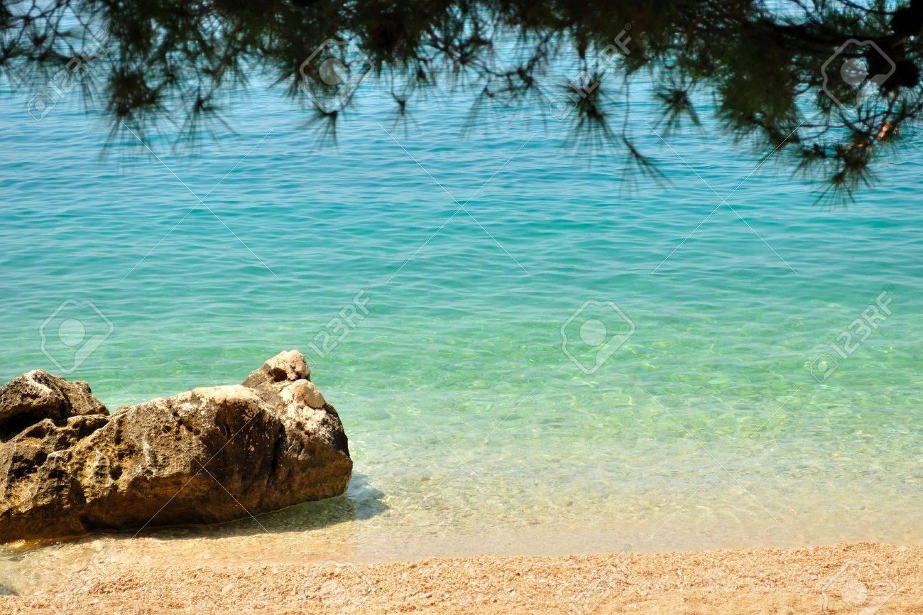 Hermosa Playa Con Gran Piedra Enmarcado Por árboles De Tucepi ...