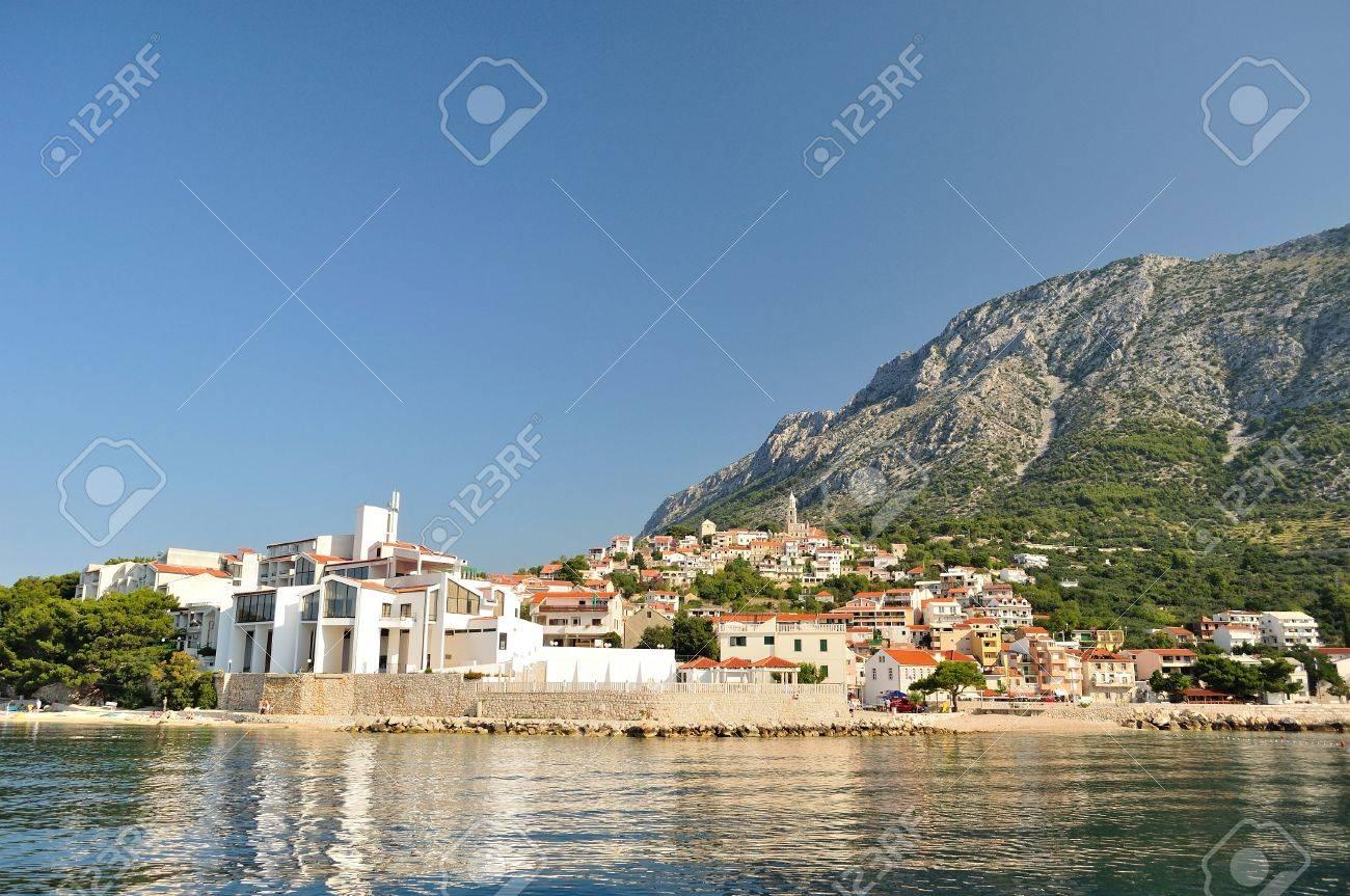 Village De Igrane Avec La Tour, La Mer Adriatique Et Biokovo De