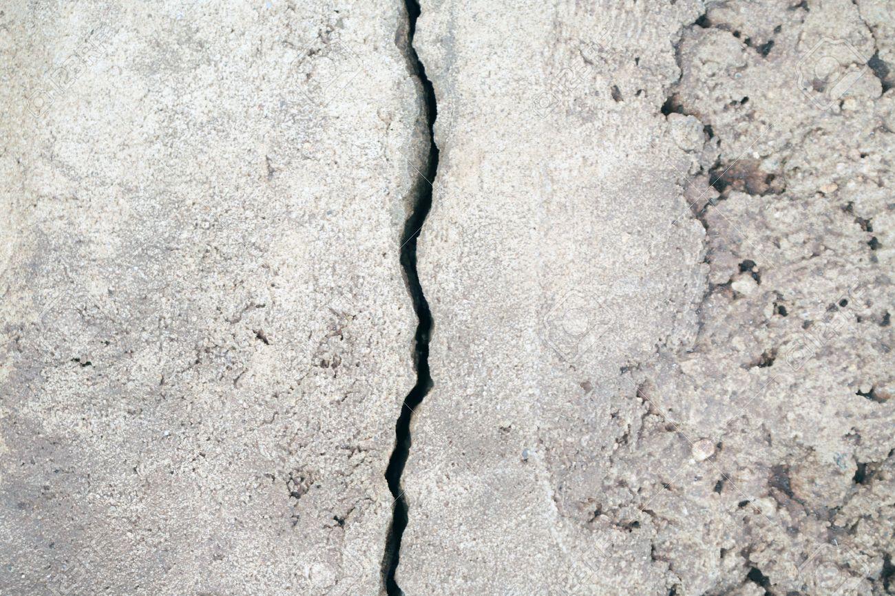 بررسی علل ترک خوردگی صخرهها