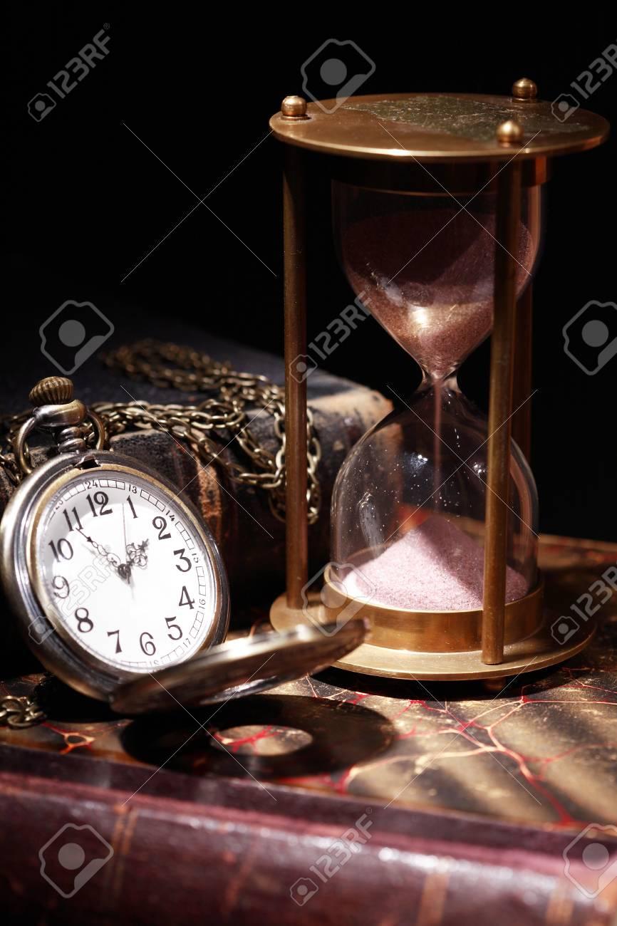 Bodegón Vintage Reloj De Arena Y Reloj De Bolsillo En Libros