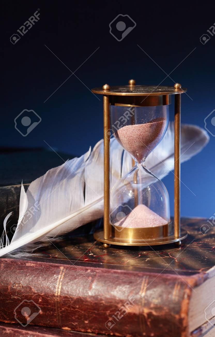 Bodegón Vintage Reloj De Arena Y Pluma Sobre Libros Antiguos Fotos