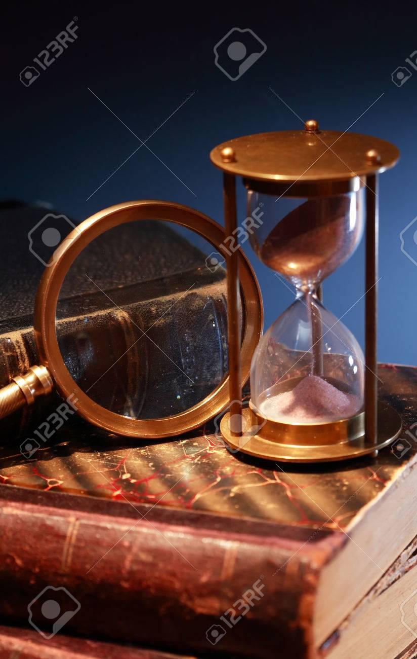 Todavía Del Vintage Vida Reloj De Arena Sobre Libros Antiguos