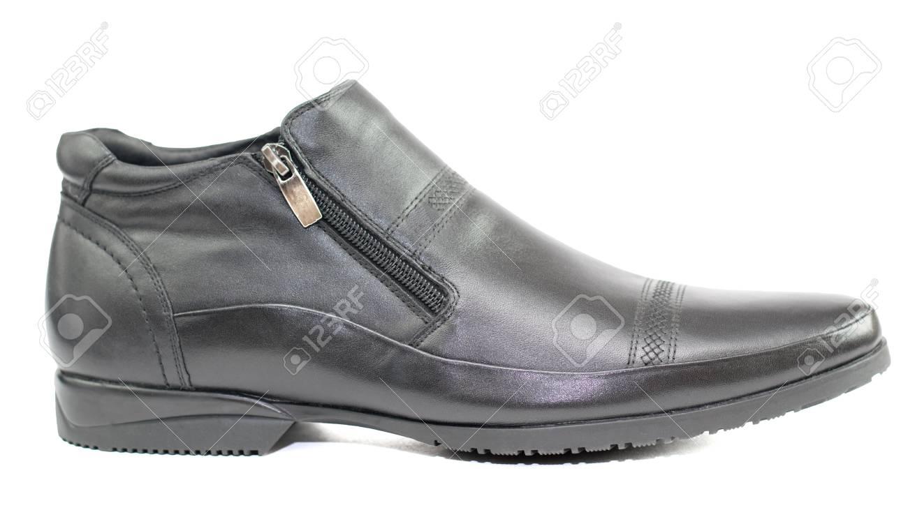 1be778f2747 Stockfoto - Zwarte herenschoenen van leer dat op witte achtergrond wordt  geïsoleerd. Schoenen voor het herfstweer.
