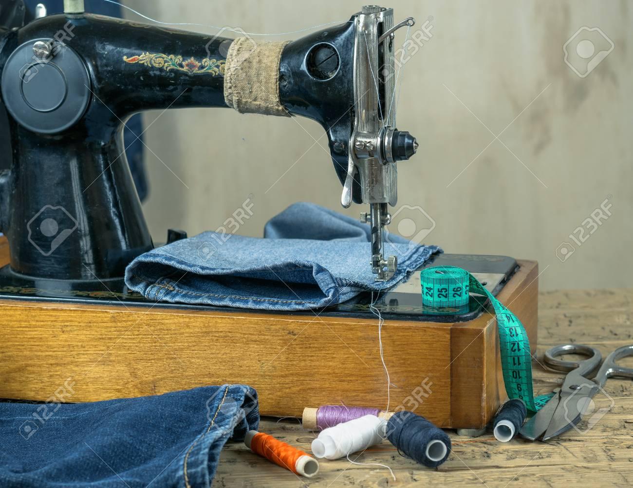 Machine à coudre vintage avec styles de denim et accessoires pour la  couture. Le concept de production à domicile et de réparation de vêtements.