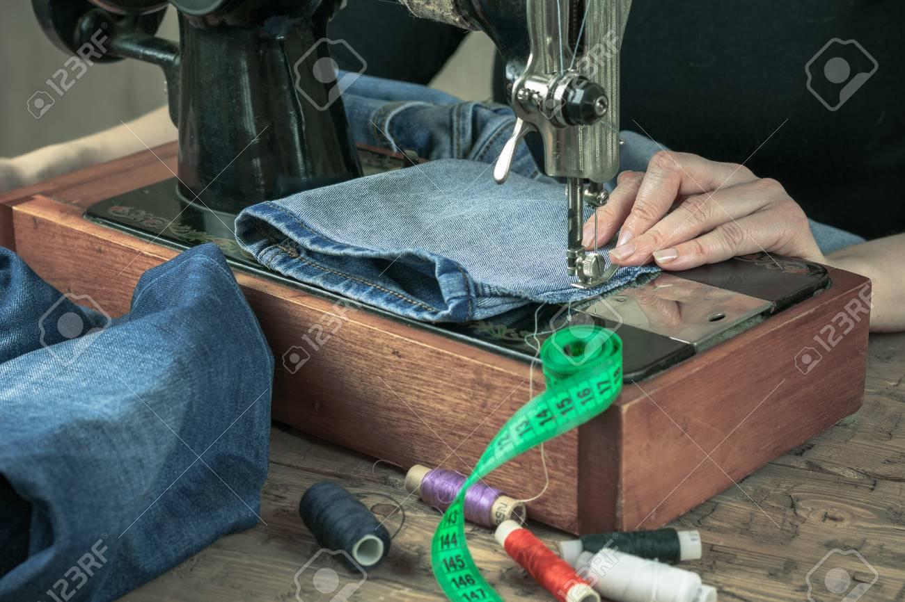 Machine à coudre du passé avec fil et ciseaux. Le concept de production à  domicile et de réparation de vêtements.