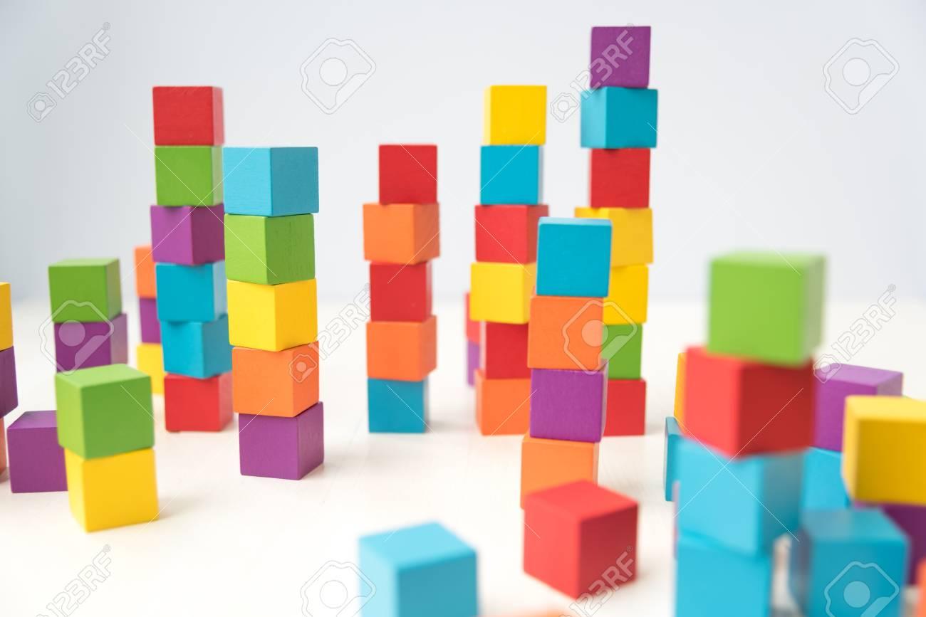 Pile Colorful De Blocs De Construction De Cube De Bois Banque D ...