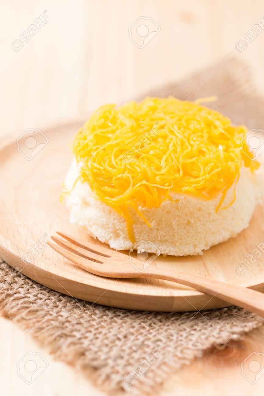 Standard Bild   Süßes Ei Seide Kuchen Auf Holz Hintergrund