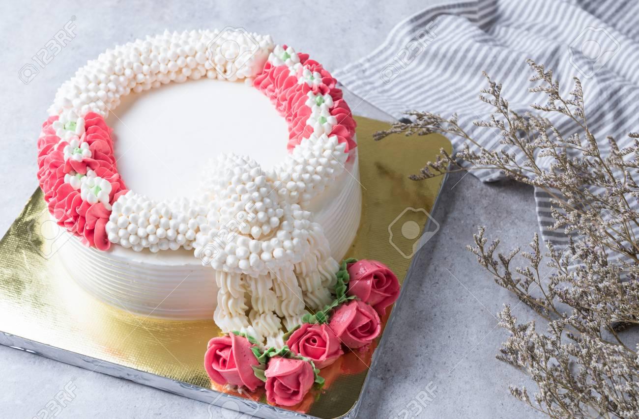 Décoration De Gâteau à La Crème Comme Une Guirlande De Jasmin Sur La