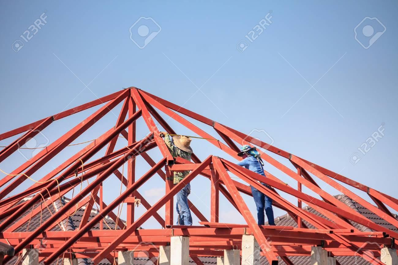 Bauschweißerarbeitskräfte, Die Stahlrahmenkonstruktion Des Hausdachs ...
