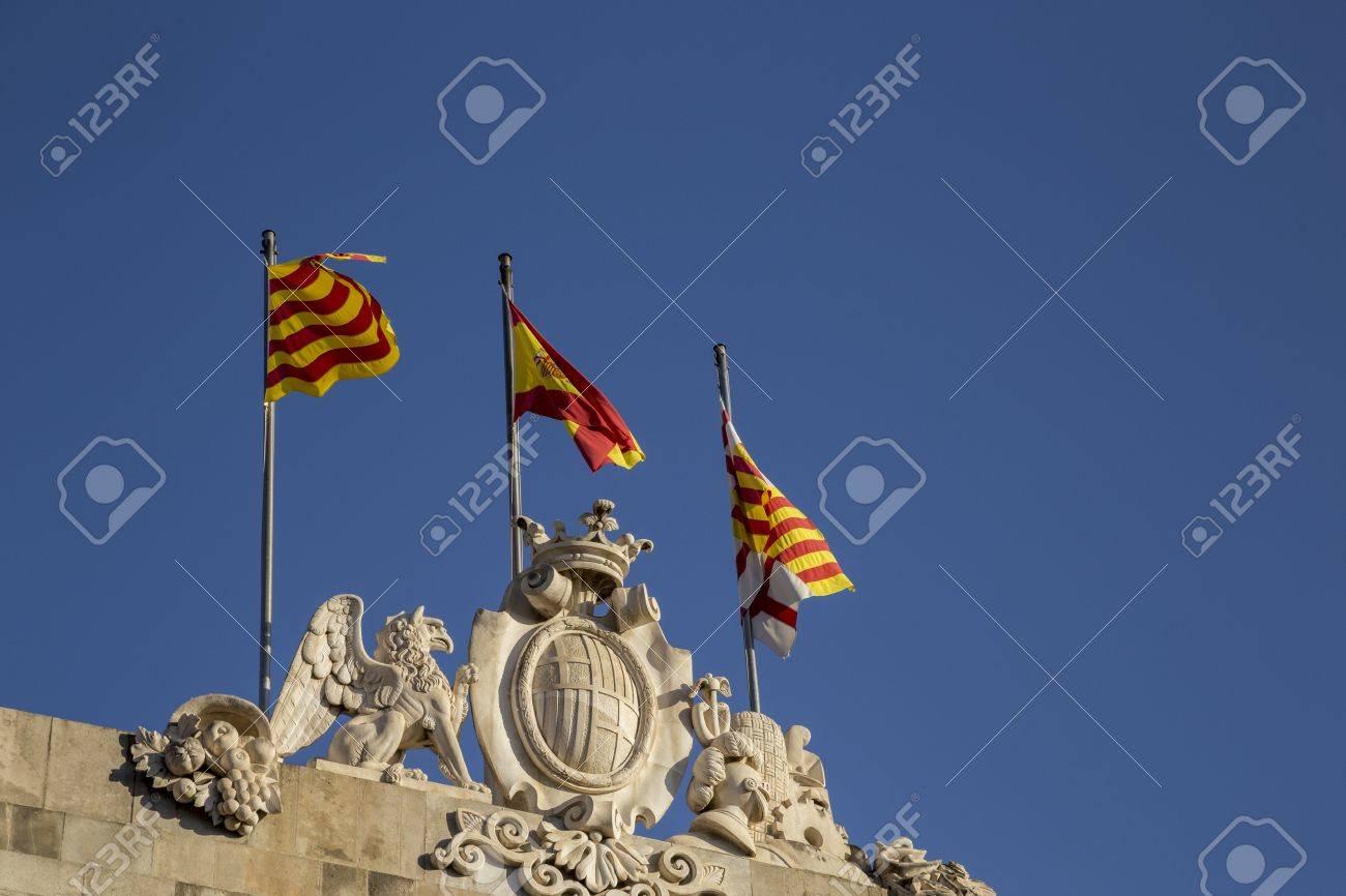 banderas catalanas patriticos volar en la parte superior de la casa de la ciutat barcelona