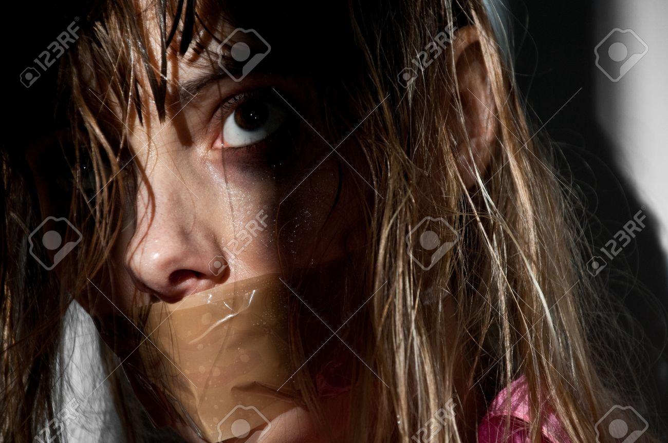 Femme Baillonnee jeune femme prise en otage avec sa bouche bâillonnée