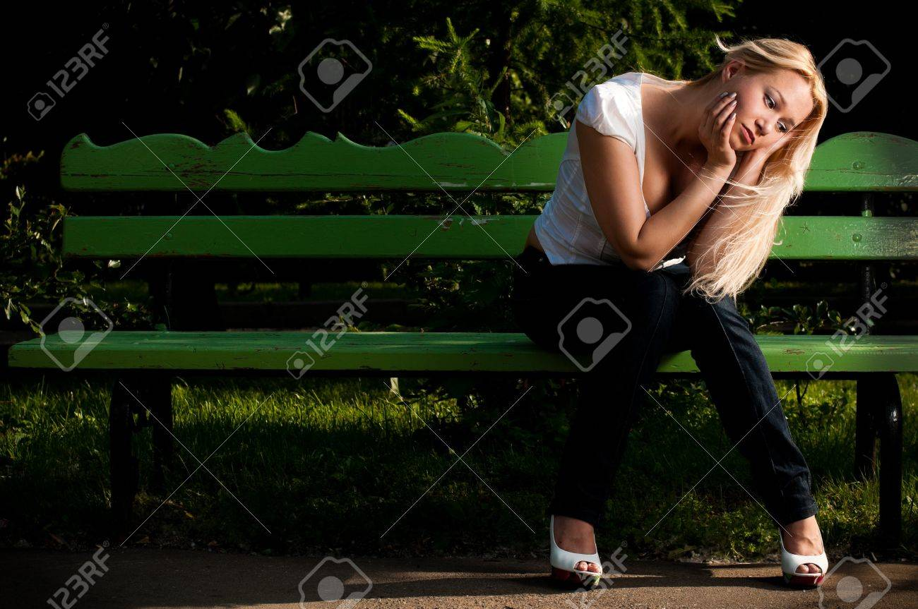 Фото девушка холодно одиноко сидит на лавочке 7 фотография