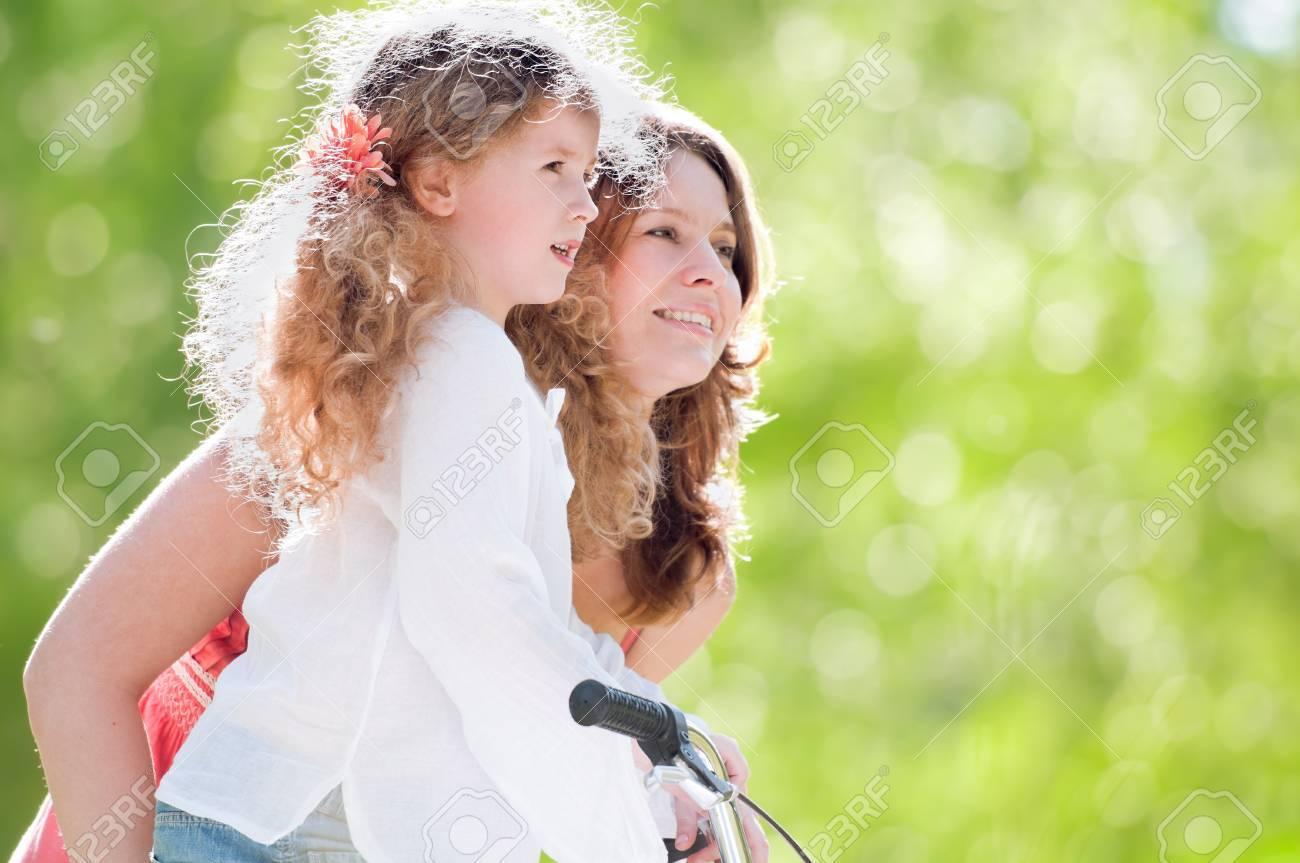 Фото мама и дочь на природе 19 фотография