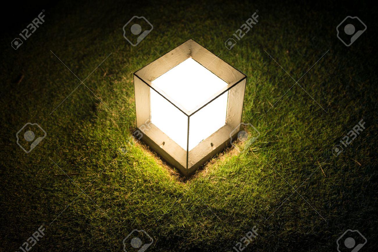 Lanterne De Jardin En Forme De Cube Avec Dim Lumiere Frappant Sur La Pelouse Verte Dans La Nuit Decoration Exterieure Et L Eclairage Ambiance