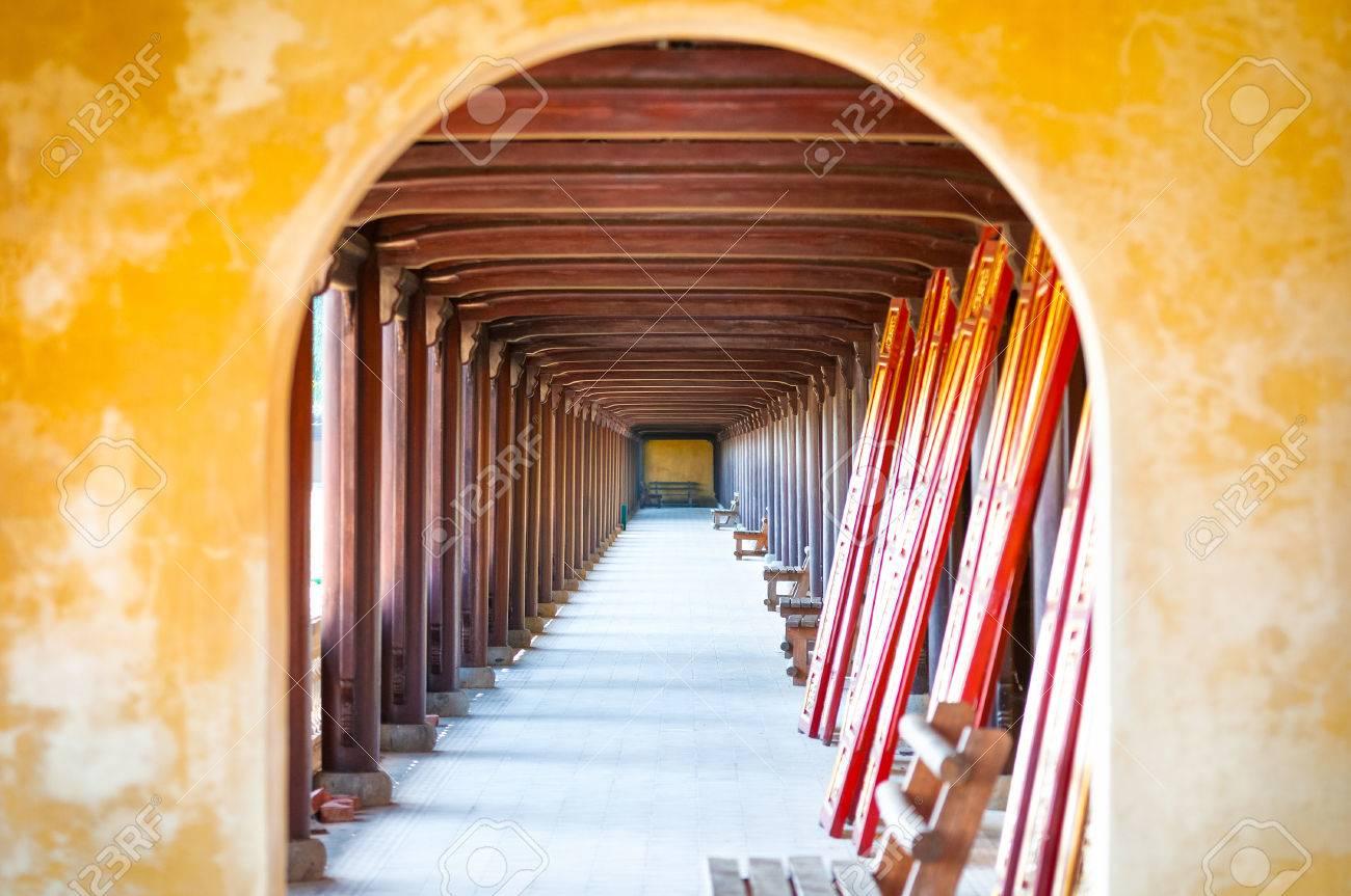 Gebogen deuropening van hue citadel vietnam azië. gele stenen muur
