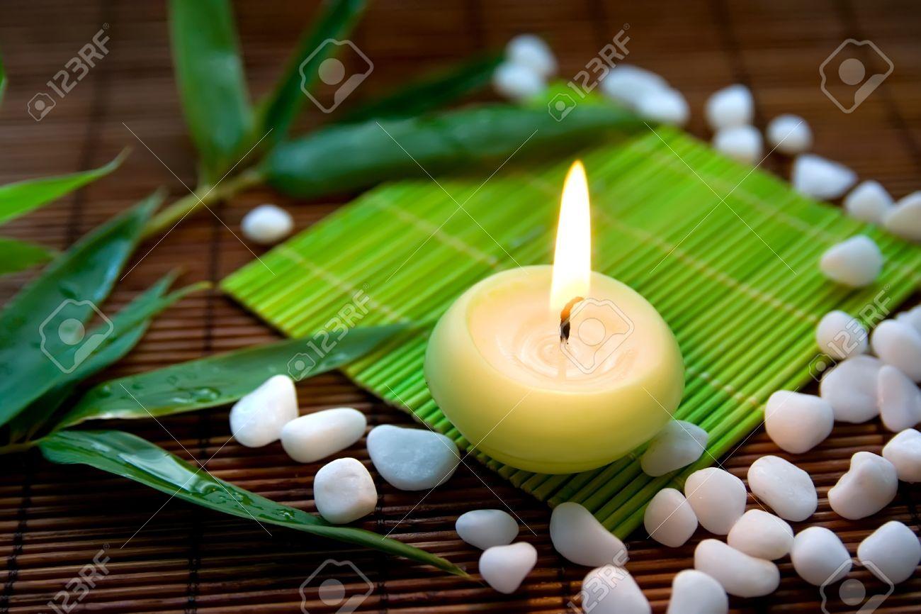 Komposition Mit Brennenden Kerze Weissen Steinen Und Bambus Blatter
