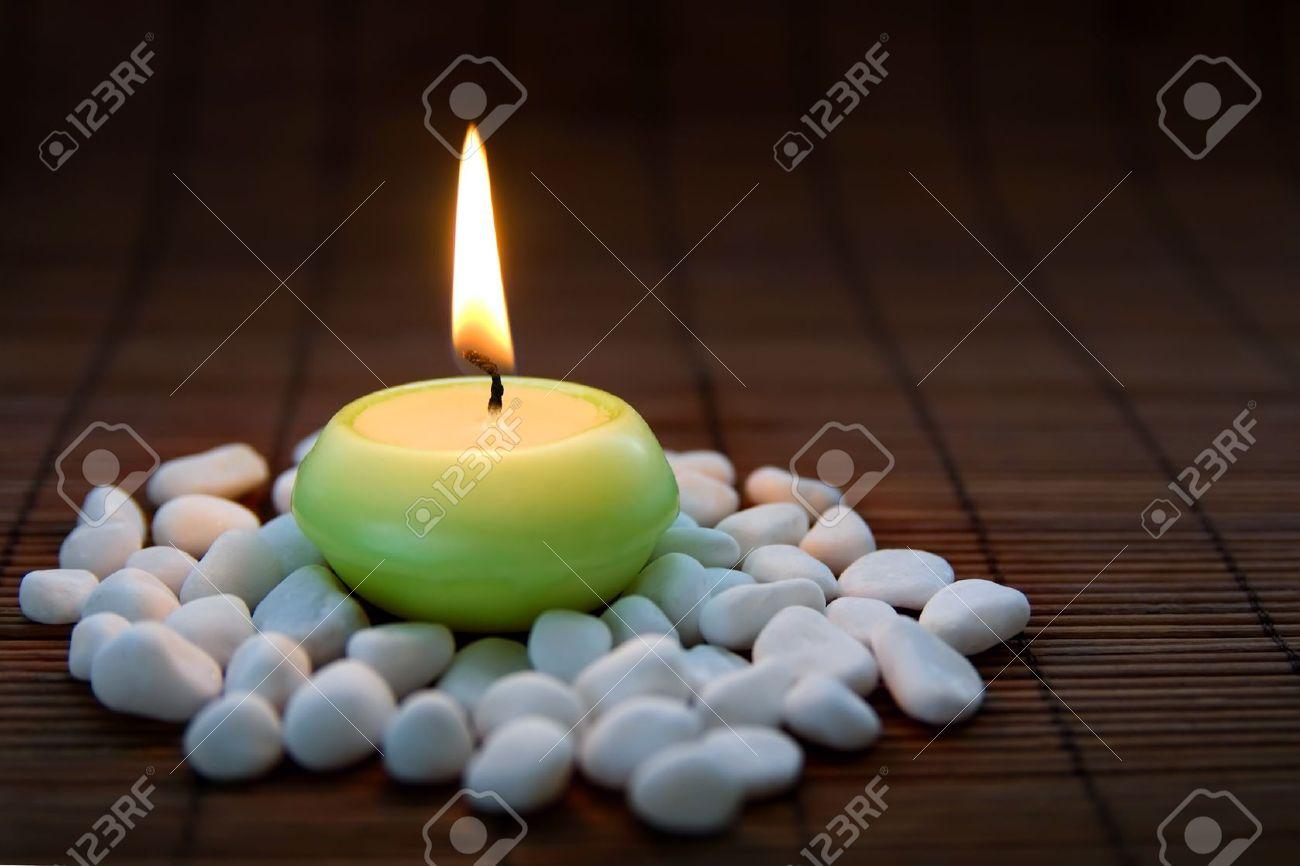 Decorare Candele Bianche : Composizione con pietre bianche zen e candela accesa simbolo di