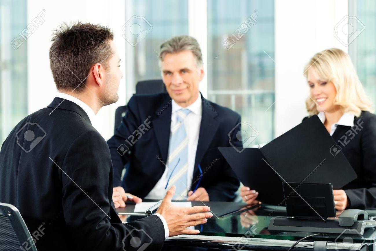 vrij voor sollicitatie Business   Jonge Man Zitten In Sollicitatiegesprek Royalty Vrije  vrij voor sollicitatie
