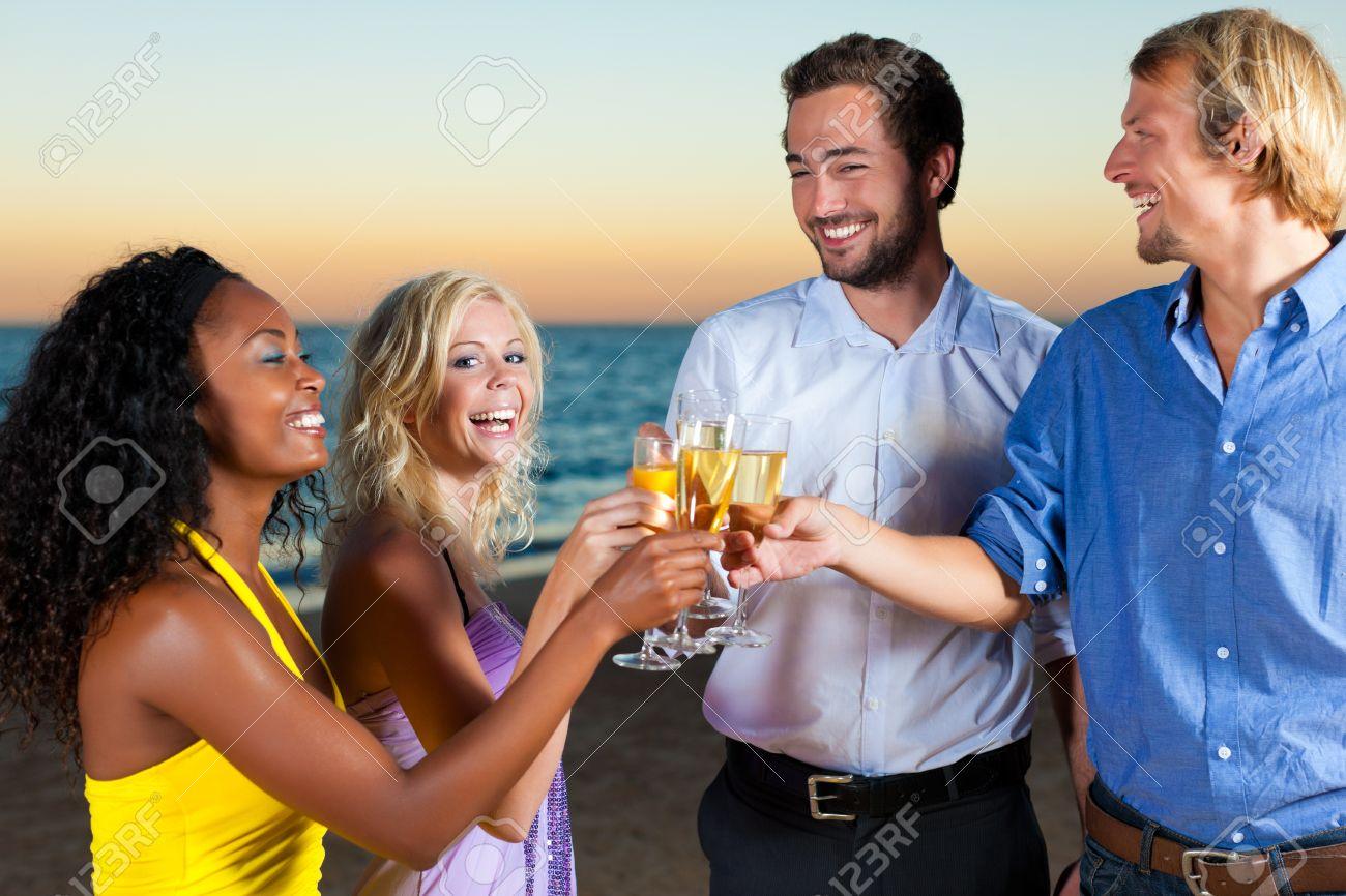 People (zwei Paare) Am Strand Eine Party, Zu Trinken Und Mit Viel ...