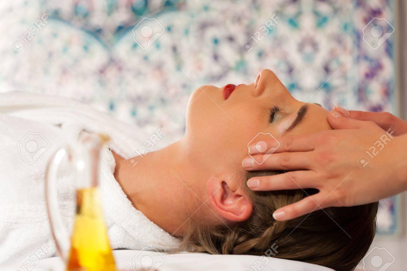 Spa wellness frau  Wellness - Frau Erhält Massage In Spa; Es Handelt Sich Um Eine ...
