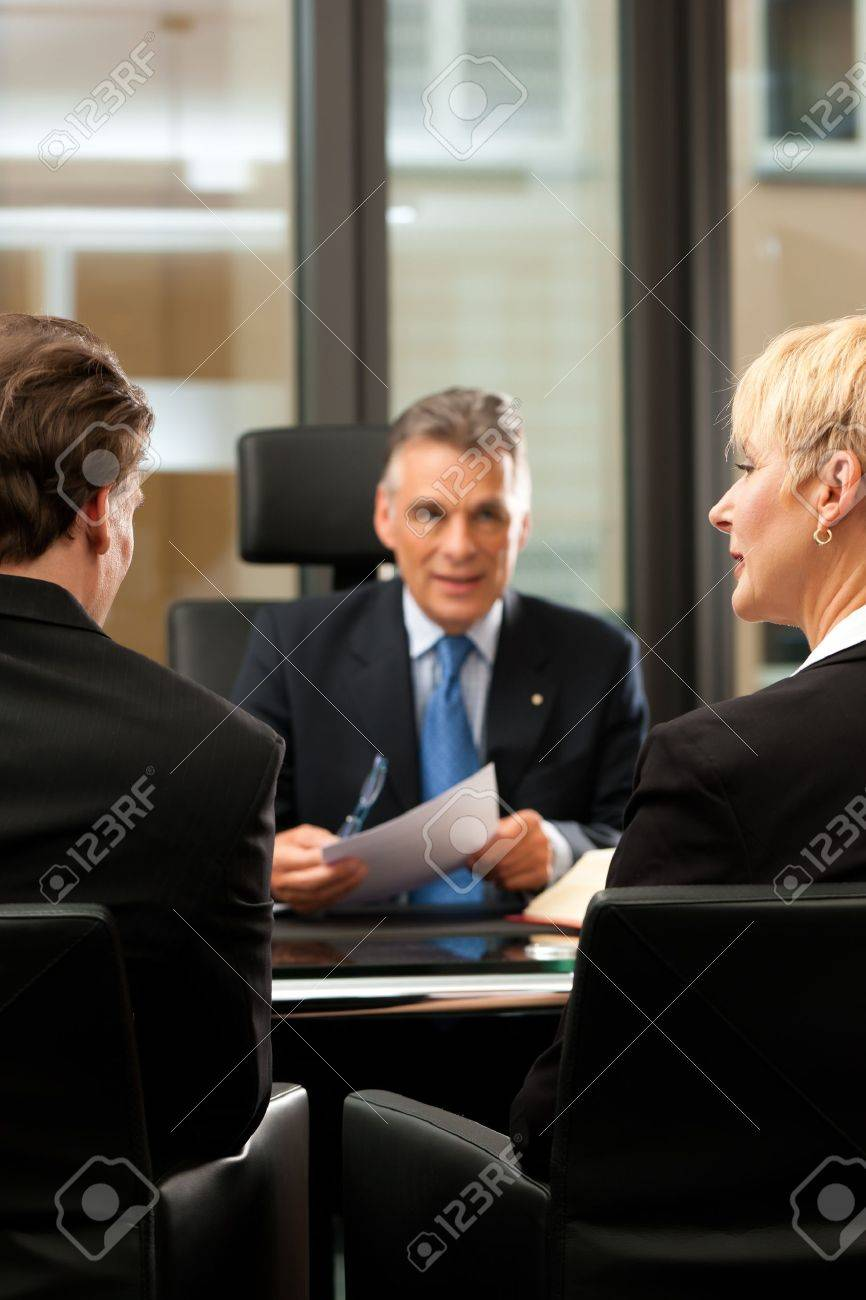 Avocat Ou Un Notaire D Age Mur Avec Des Clients Dans Son Bureau A