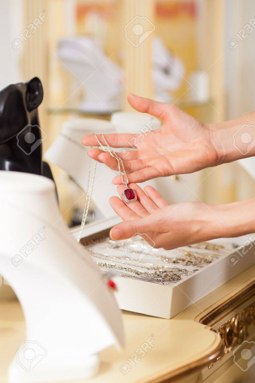 standard bild weiblich juwelier schmuck oder designer prasentieren in ihrem laden
